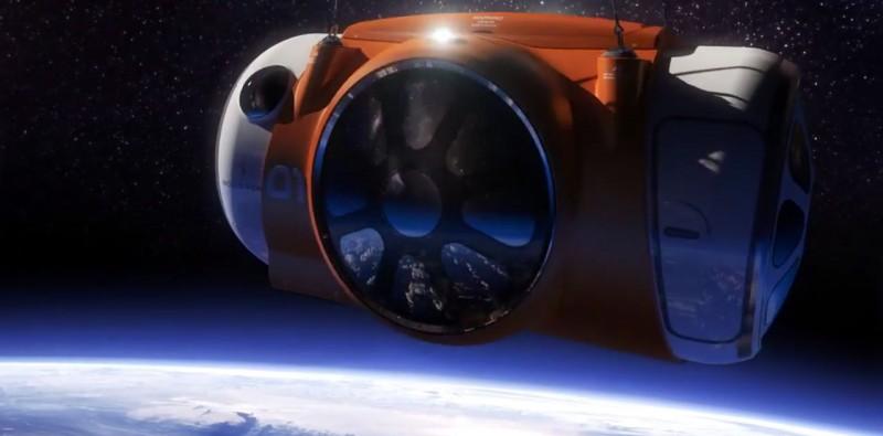 Капсула с людьми на орбите Земли