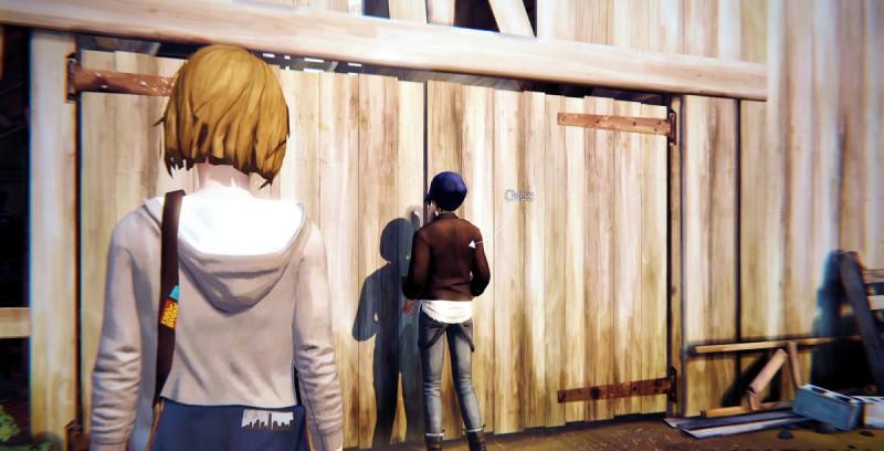 Ворота старого сарая закрыты