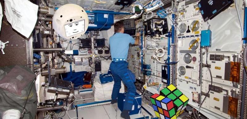 Робот помогает астронавтам