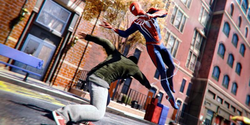 Человек-паук уклоняется от удара