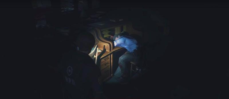 Спящий за столом зомби-полицейский