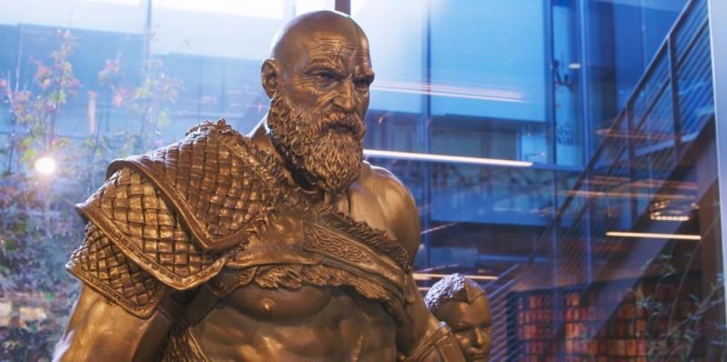 Статуя Кратоса с сыном