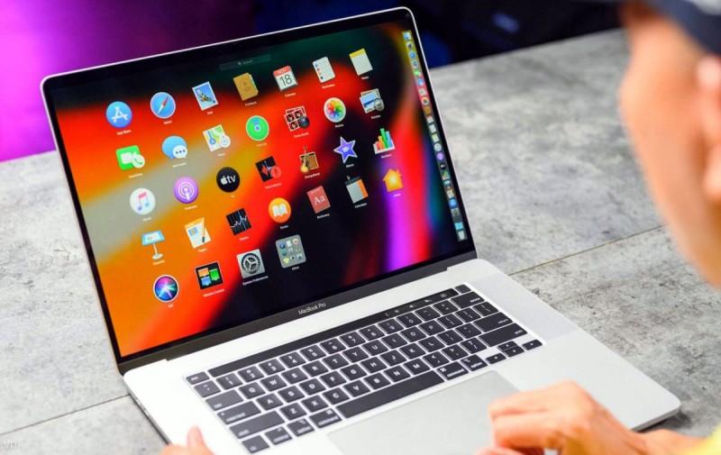 Работа за ноутбуком MacBook 16