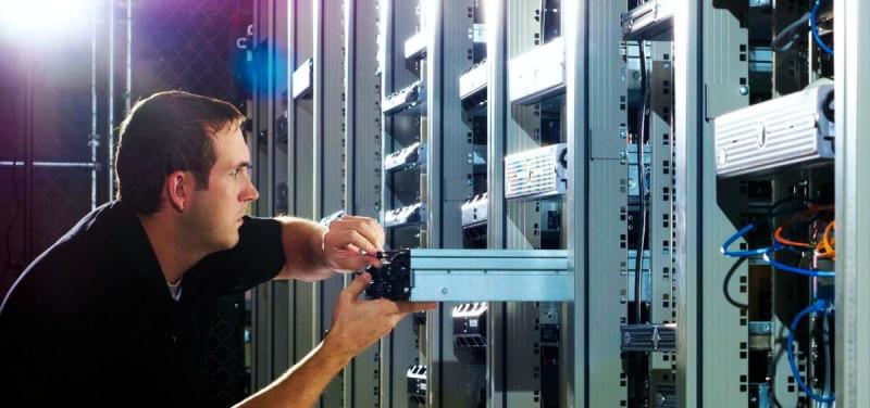 Инженер в дата-центре